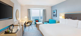brighton-waterfront-executive-bedroom.jpg-mjy3